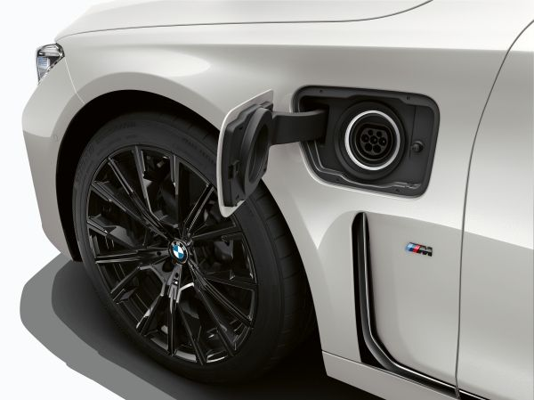P90335802_lowRes_the-new-bmw-745e-02-